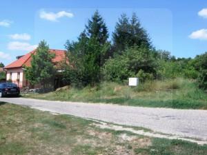 Na predaj priestranný stavebný pozemok 1957 m2, v tichej ulici s dobrými susedmi, s pekným výhľadom, neďaleko centra v Dulovciach. EXKLUZÍVNE IBA U NÁS!!!